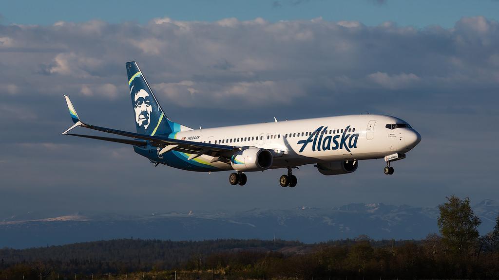 Alaska Boeing 737-900 near Minneapolis on Feb 27th 2019, smell of
