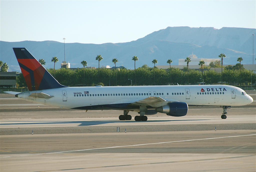 Fotografie Delta Airlines N696DL, Boeing 757-200